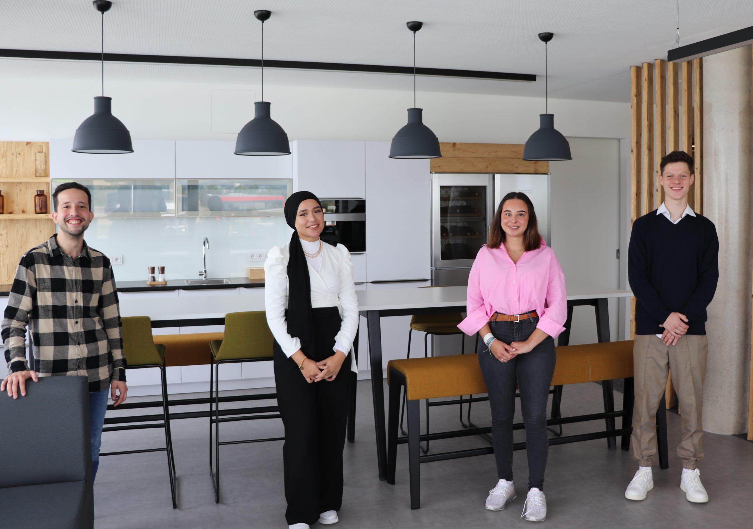 Ausbildungsleitung Maximilano Sisto (links) begrüßt die drei neuen Auszubildenden herzlich im HONORA-Team